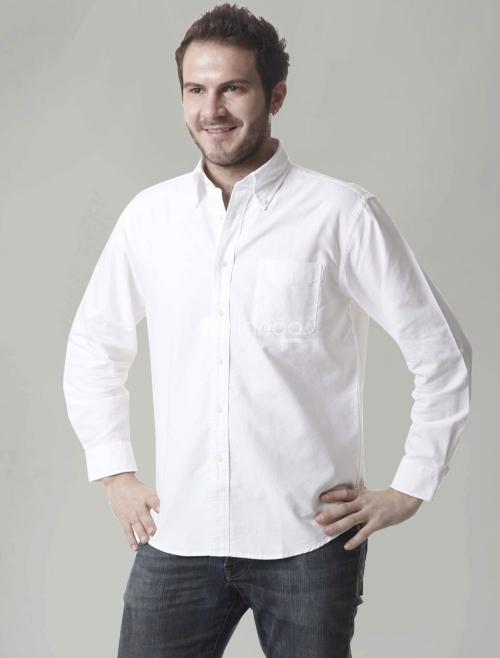 Белая рубашка и темные джинсы