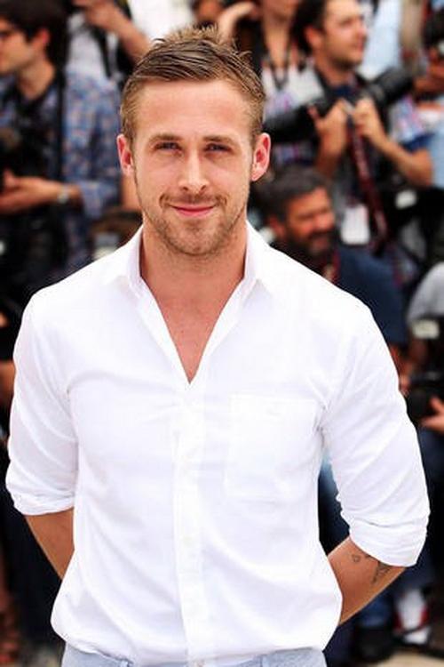 Белая рубашка с воротником на мужчине