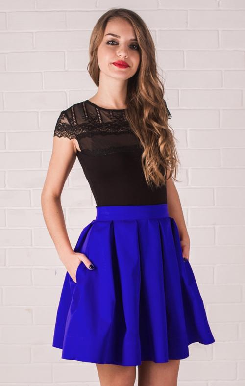 Девушка в пышной синей юбка и черной футболке