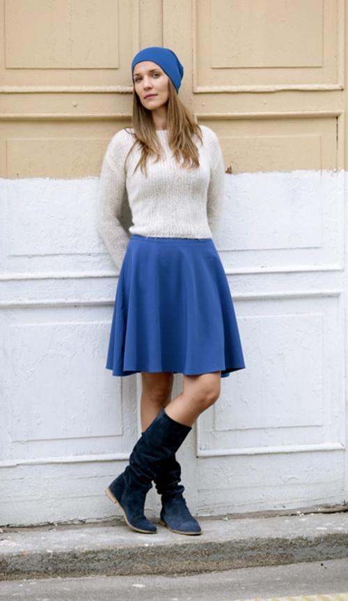 Синяя юбка и белая кофта