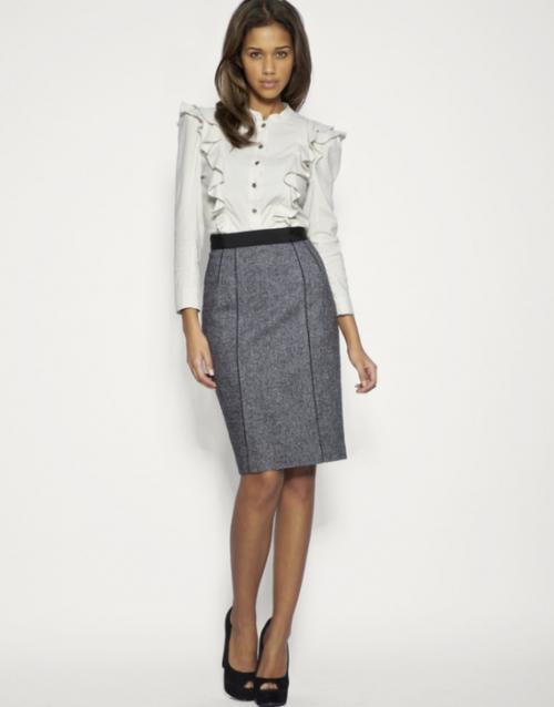 Серая юбка прямого кроя и белая блузка