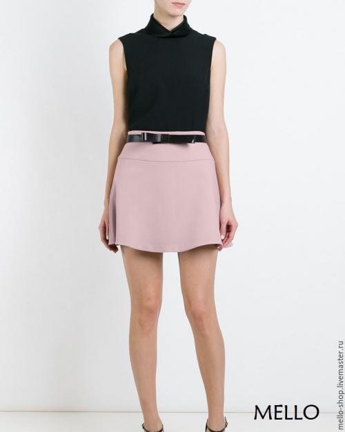 Розовая юбка и черная блузка