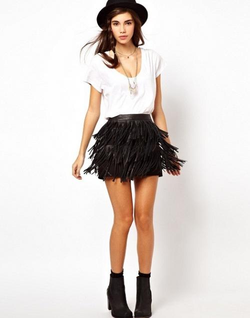 Короткая черная юбка с бахромой