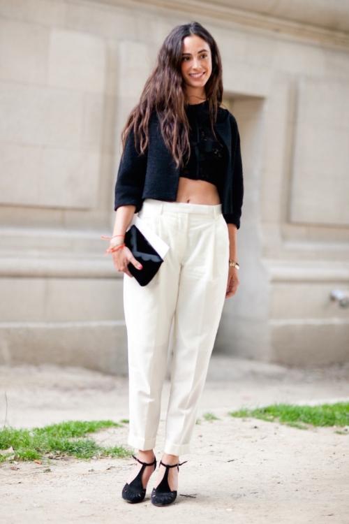 Девушка в белых брюках-бананах