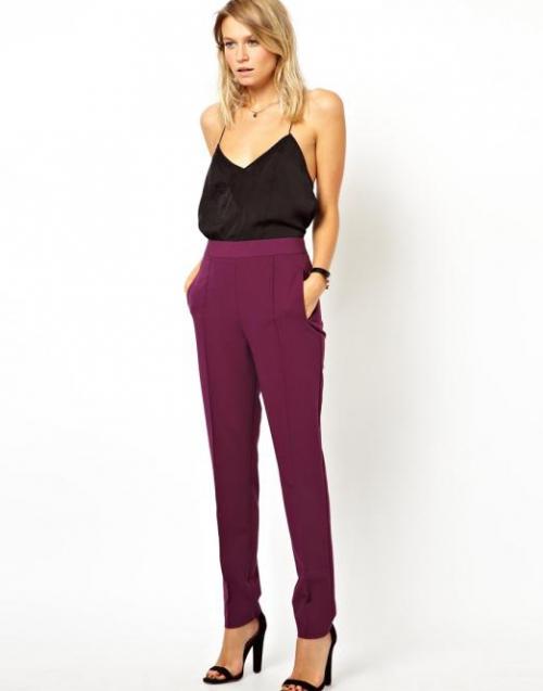 Бордовые штаны на худой девушке