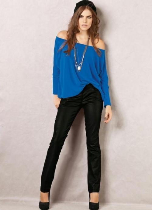 Черные штаны на худой девушке в синей кофте