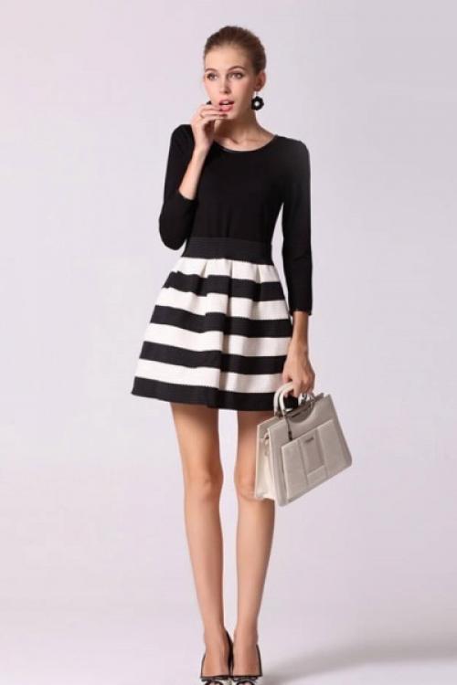 Юбка в черно-белую полоску с черной кофтой