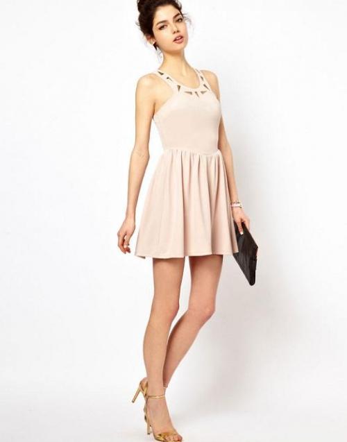 Короткое бежевое платье на девушке