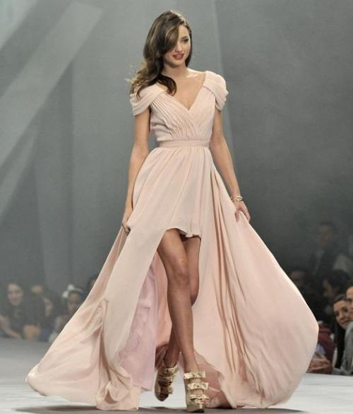 Девушка в роскошном бежевом платье