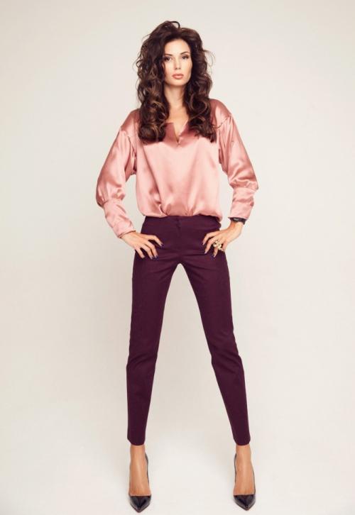 Узкие бордовые штаны на девушке