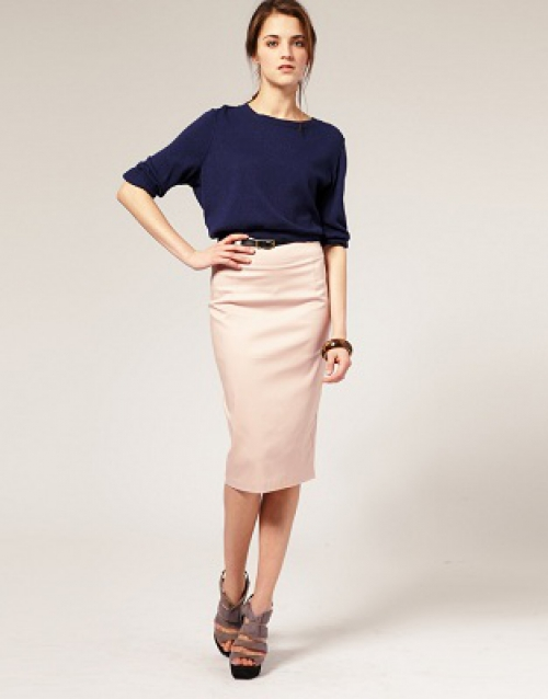 Девушка в розовой юбке с высокой талией