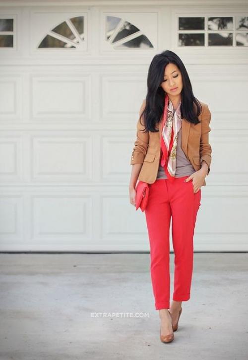 Красные штаны для низкой девушки