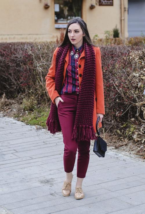 Девушка маленького роста в бордовых брюках