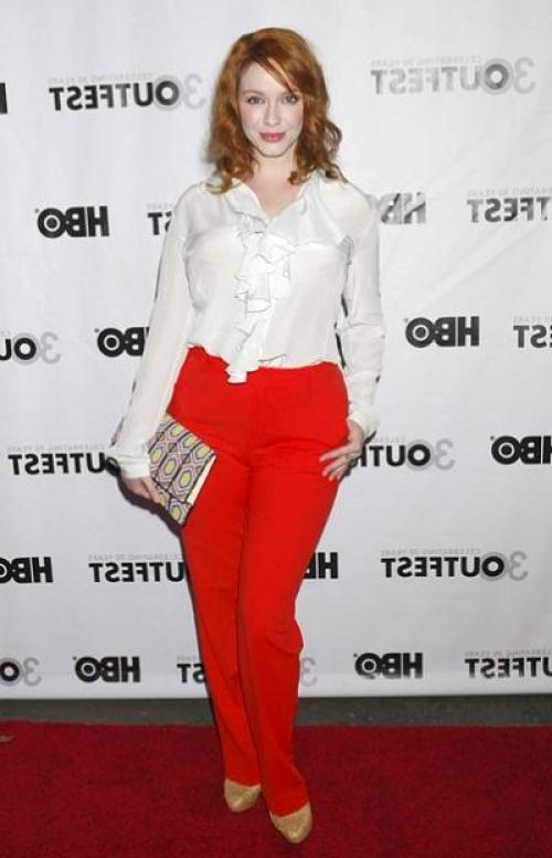 Красные брюки на девушке небольшого роста