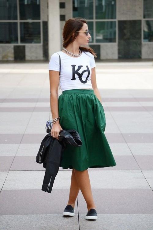 Низка девушка в зеленой юбке