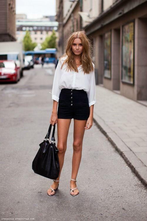 Девушка в черных шортах и белой рубашкой