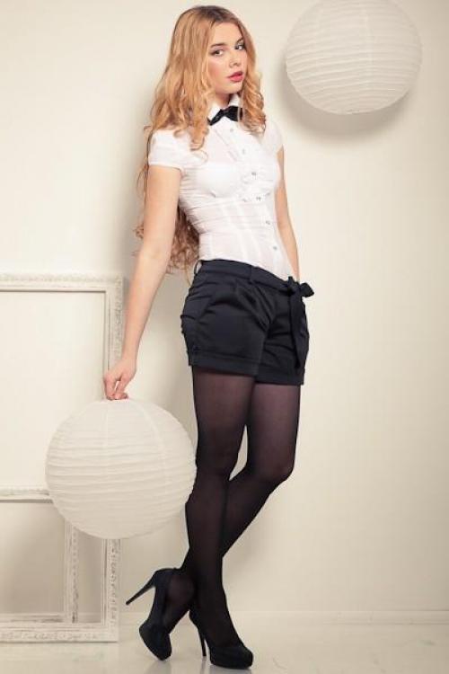 Черные шорты с белым верхом для образа в деловом стиле