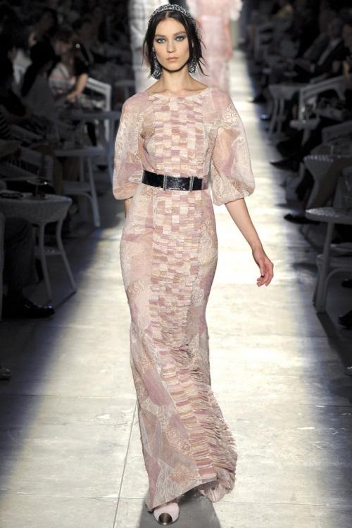 Длинное платье на девушке