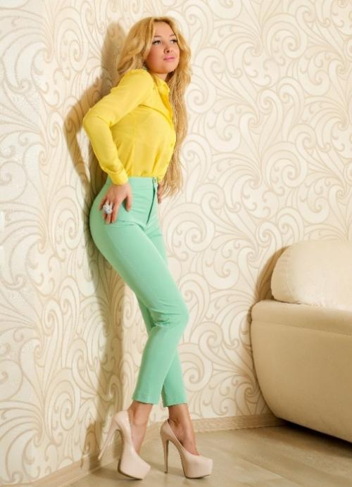Мятные брюки на девушке