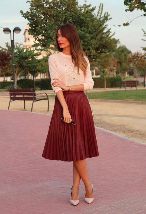 Бордовая юбка до колен
