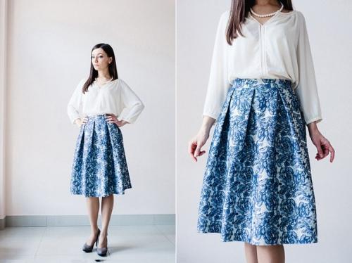 Синяя юбка с бантовыми складками на девушке