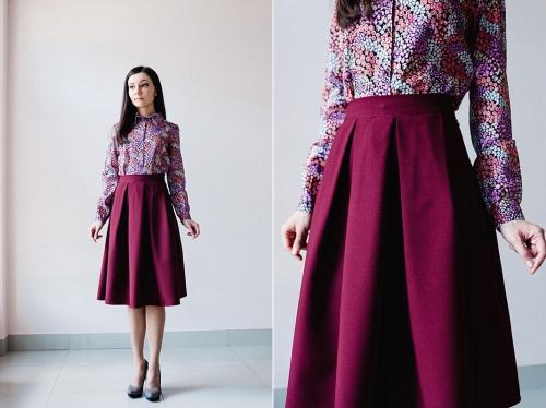 Бордовая юбка с бантовыми складками на девушке