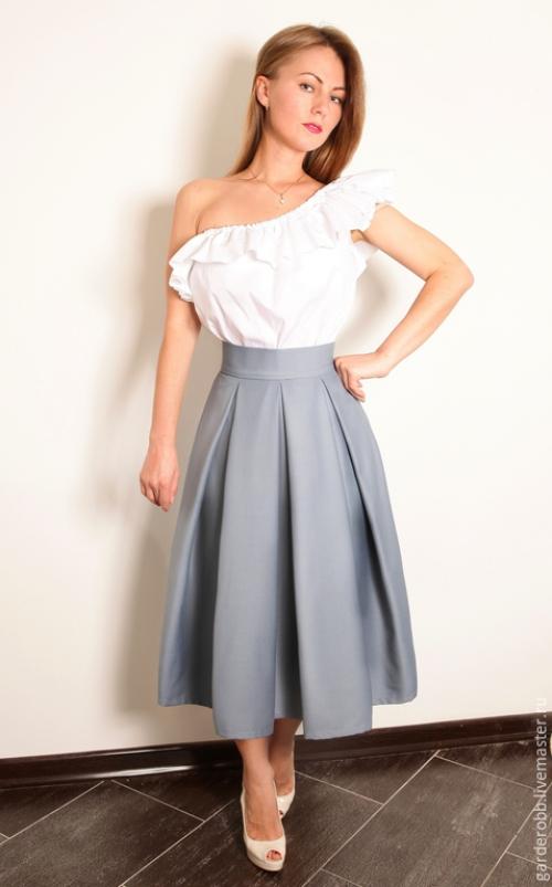 Серая юбка с бантовыми складками на девушке