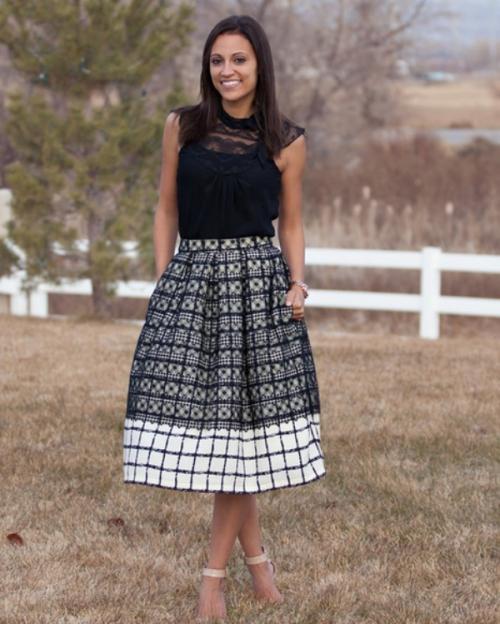 Черно-белая клетчатая юбка с бантовыми складками на девушке