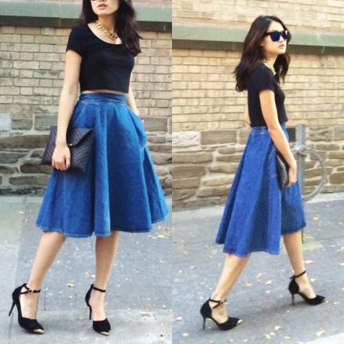 Синяя юбка-солнце на девушке