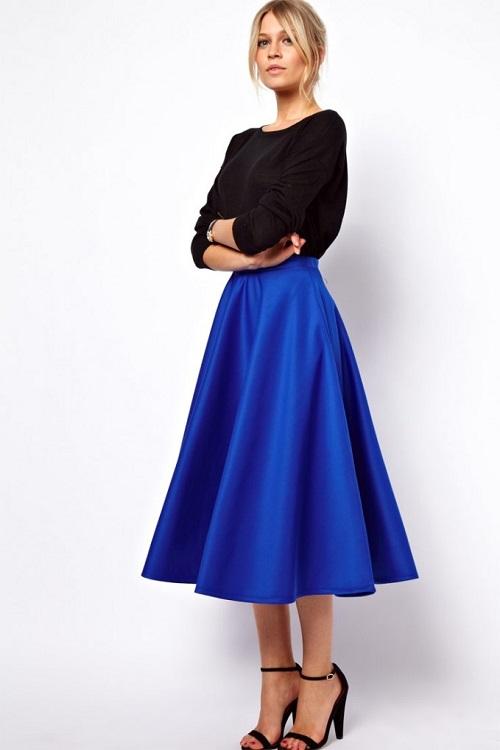 Девушка в синей юбке с черным верхом