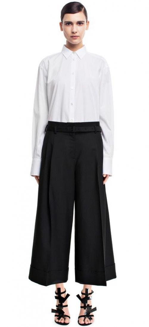 Короткие широкие брюки с белой блузкой