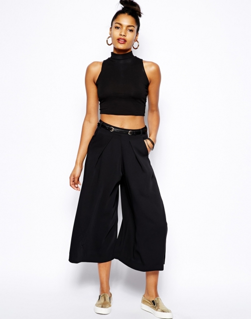 Черные укороченные брюки с темным топом