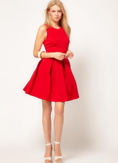 Девушка в красном платье и белых туфлях