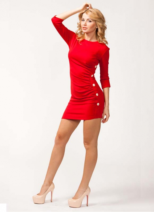 Девушка в красном платье и нюдовых туфлях