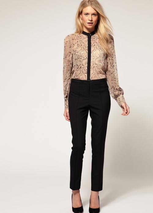 Зауженные брюки с леопардовой блузкой