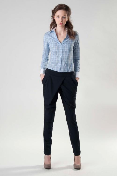 Зауженные брюки черного цвета с голубой рубашкой и туфлями на шпильке