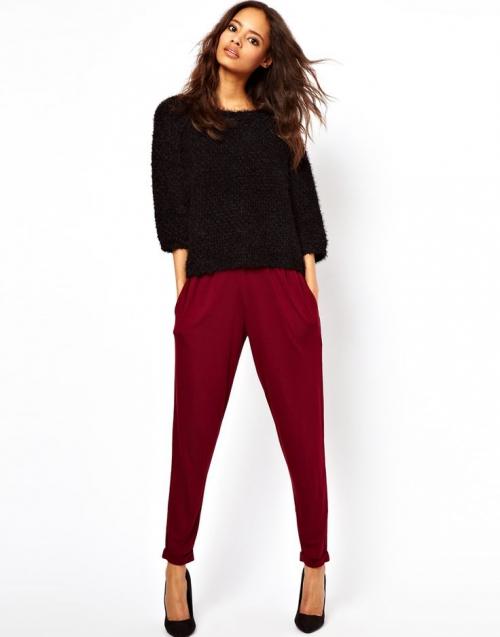 Зауженные брюки бордового цвета с черным верхом и туфлями на шпильке