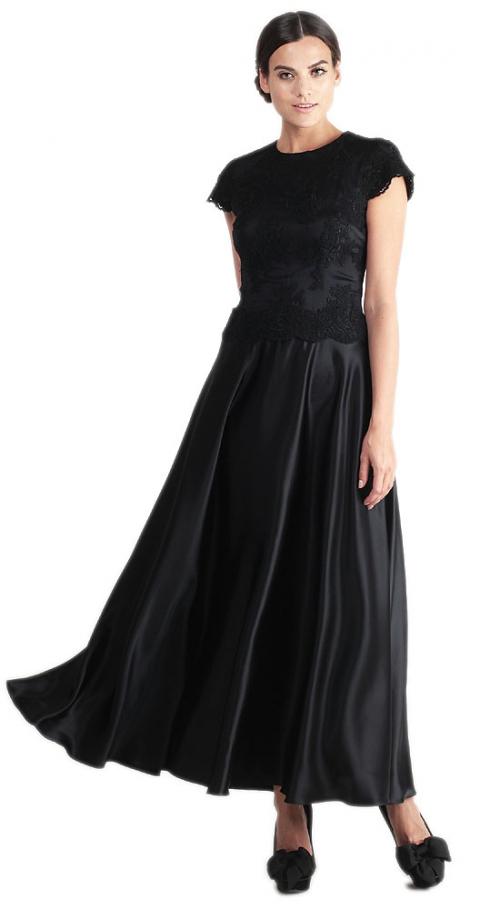 Длинное черное платье с коротким рукавом на девушке
