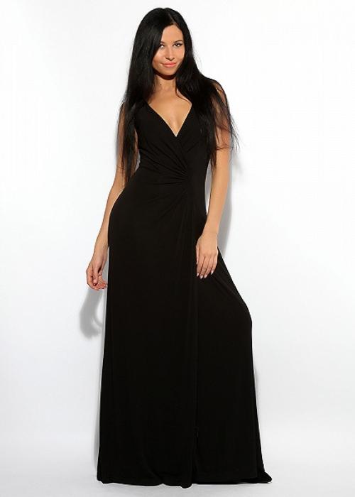 Длинное черное платье с вырезом на девушке