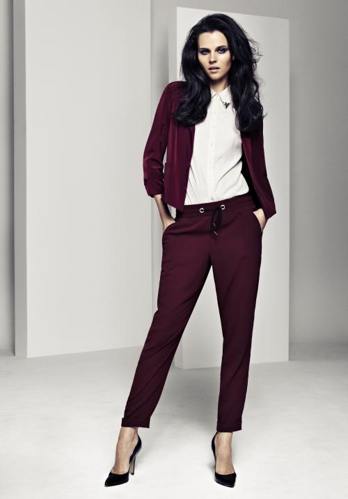 Бордовые брюки на девушке