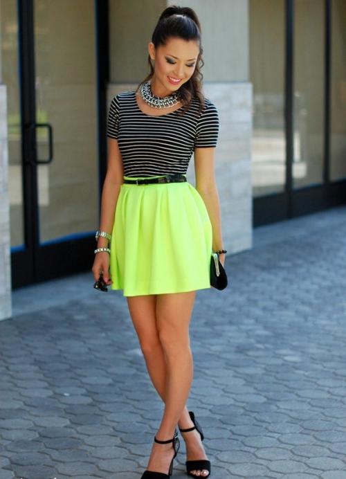 Короткая салатовая юбка на девушке