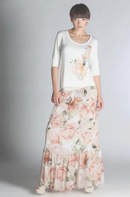 Кофта с цветочным принтом и длинной юбкой