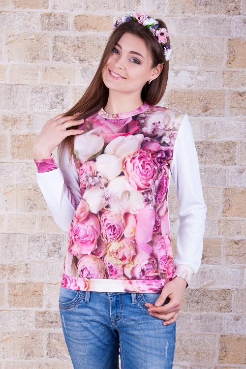 Кофта в розовый цветочек и джинсы