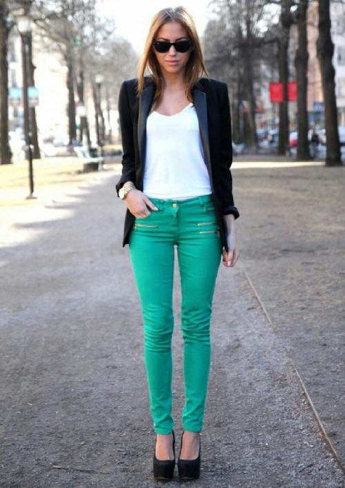 Зеленые брюки и черный пиджак