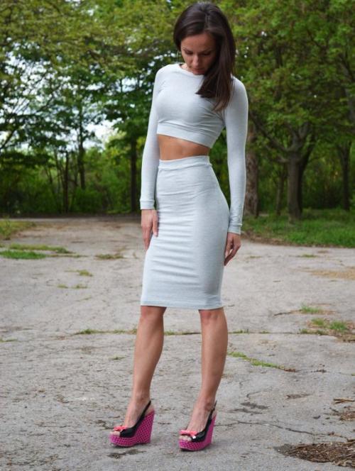 Трикотажная серая юбка на девушке
