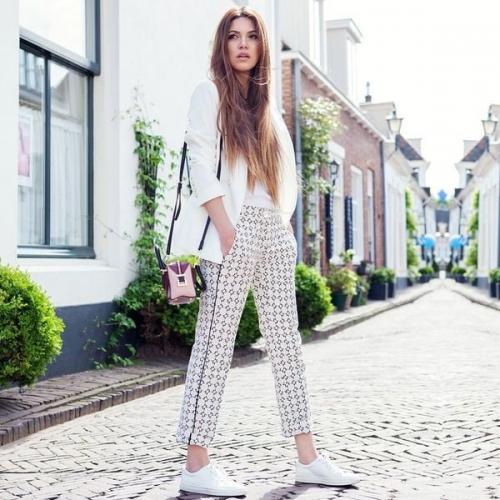 Светлые брюки и белые кроссовки