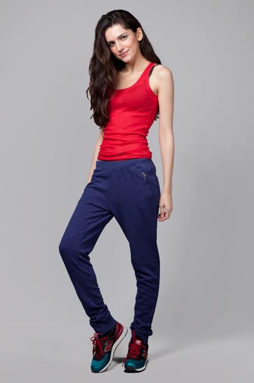 Бордовые кроссовки и синие брюки