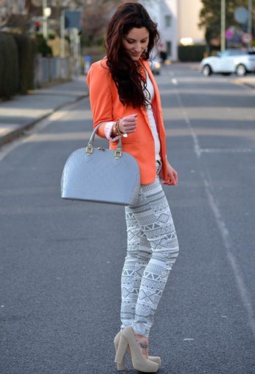 Оранжевый пиджак и джинсы