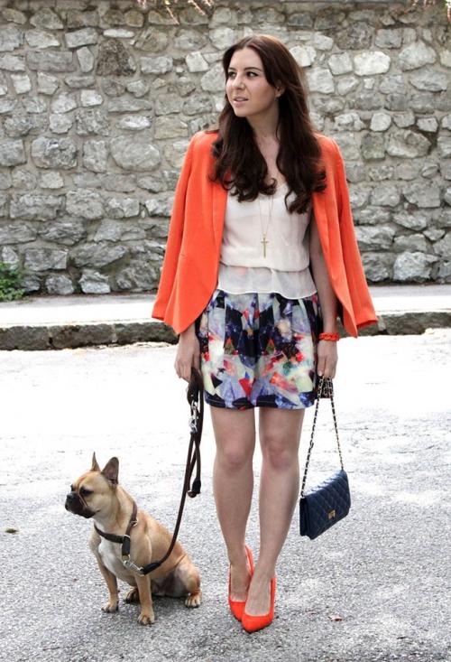 Яркая юбка и оранжевый пиджак