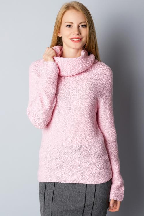 Бледно-розовый свитер на девушке